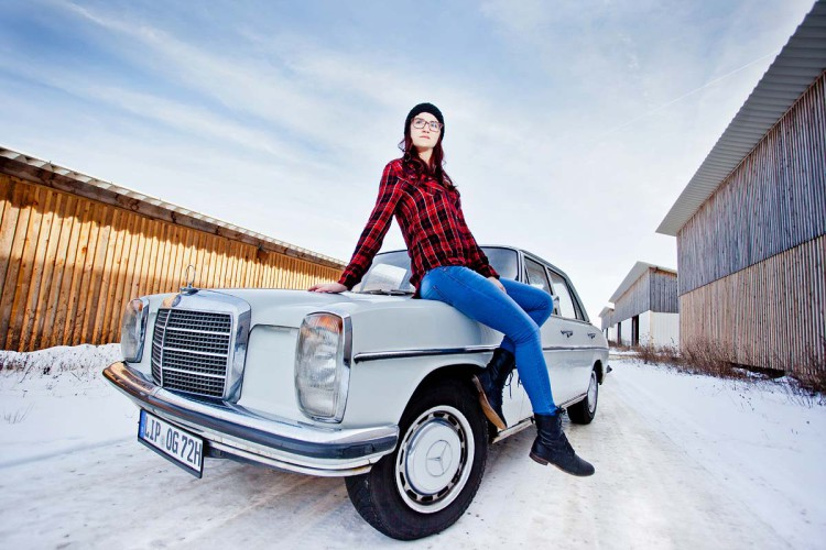 Winter Fotoshooting draußen mit Oldtimer
