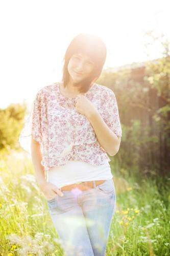Fotoshooting, Portraitfoto mit Frau in der Sonne, Natur