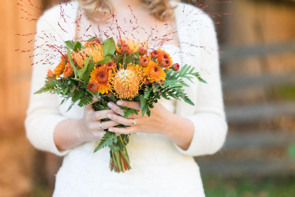 wedding-braut-brautkleid-herbst-mintsugar-brautstrauss-hochzeitskleid-fotografie-bayreuth-goldkronach-portrait-hochzeitsshooting-bride-abendlicht