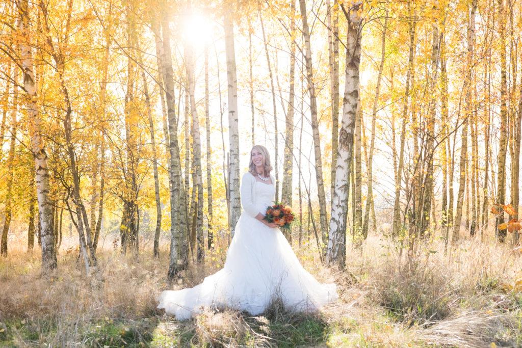 wedding-braut-brautkleid-herbst-mintsugar-brautstrauss-hochzeitskleid-fotografie-bayreuth-goldkronach-portrait-hochzeitsshooting-bride-abendlicht-wald